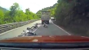 Reckless driving almost kills family of 3 on Vietnam mountain pass