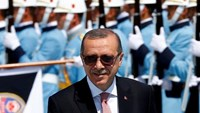 Turkish President Tayyip Erdogan reviews a guard of honour during a welcoming ceremony at the Presidential Palace in Ankara, Turkey, August 5, 2016.