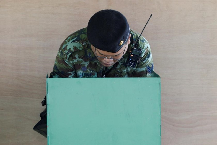 A Thai soldier casts his ballot during a constitutional referendum vote in Bangkok, Thailand August 7, 2016.