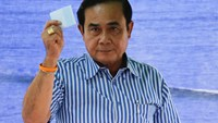 Thai Prime Minister Prayuth Chan-ocha casts his ballot at a polling station during a constitutional referendum vote in Bangkok, Thailand August 7, 2016.
