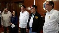 Philippine President Rodrigo Duterte poses for a picture with the country's former presidents Joseph Estrada, Gloria Macapagal Arroyo, Fidel Ramos and Benigno Aquino, before the start of the National Security Council (NSC) meeting at the presidential palace in metro Manila, Philippines July 27, 2016. Malacanang Presidential Photo/Handout via Reuters