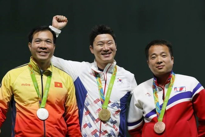 Vietnamese shooter Hoang Xuan Vinh (left) wins the second medal for Vietnam at the ongoing Rio Olympics in Brazil. Photo: EPA/VNA