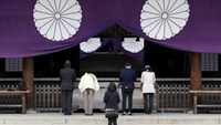 Visitors pray at the Yasukuni Shrine in Tokyo, Japan, April 21, 2016.
