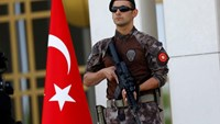 A Turkish special forces police officer guards the entrance of the Presidential Palace in Ankara, Turkey, August 5, 2016. REUTERS/Umit Bektas