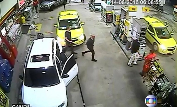 Security video shows three U.S. Olympic swimmers returning to their taxi at a gasoline station where they were accused by staff of having caused damage, in Rio de Janeiro, August 14, 2016. Courtesy Globo TV/Handout via Reuters