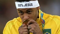 Neymar (BRA) of Brazil kisses his gold medal.