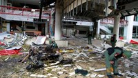 Thai soldiers inspect the scene of a car bomb blast outside a hotel in the southern province of Pattani, Thailand August 24, 2016