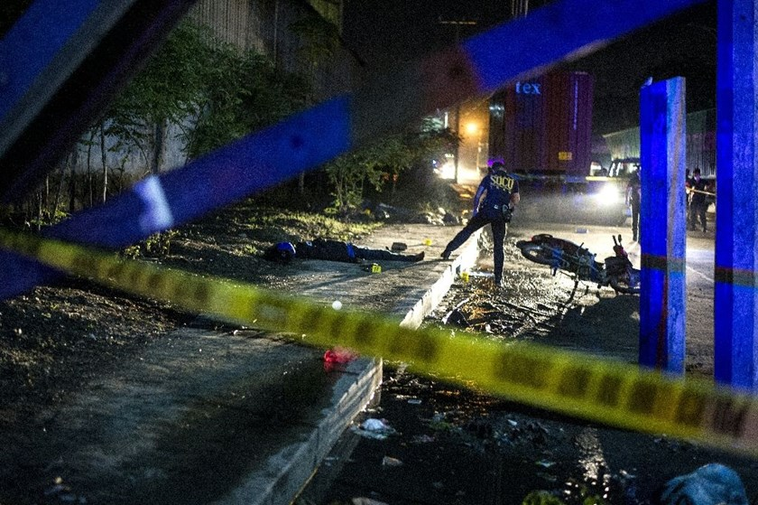 Philippine Scene of the Crime Operatives work at the site where two suspects were shot dead following a shootout with police in Manila on August 28, 2016