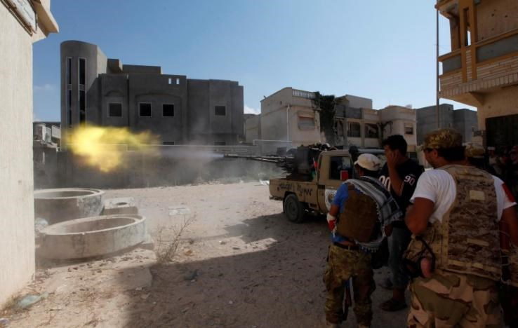 Members of Libyan forces allied with the UN-backed government fire a weapon towards Islamic State militants in neighbourhood Number One in central Sirte, Libya August 28, 2016.