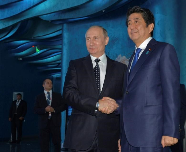 Russian President Vladimir Putin (L) and Japanese Prime Minister Shinzo Abe visit an oceanarium on Russky Island before attending the Eastern Economic Forum in Vladivostok, Russia, September 3, 2016.