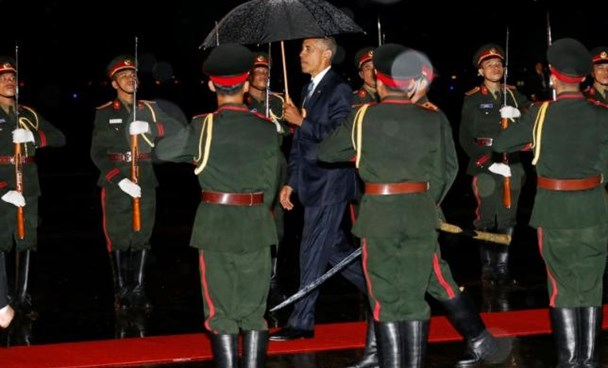 U.S. President Barack Obama (C) is greeted with an honor guard and red carpet as he arrives aboard Air Force One, ahead of the ASEAN Summit, at Wattay International Airport in Vientiane, Laos September 5, 2016.