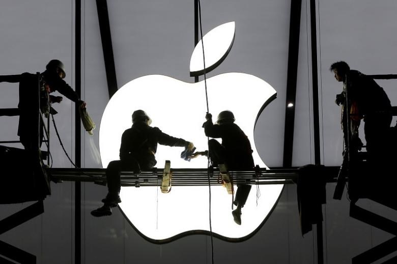 Workers prepare for the opening of an Apple store in Hangzhou, Zhejiang province, January 23, 2015.