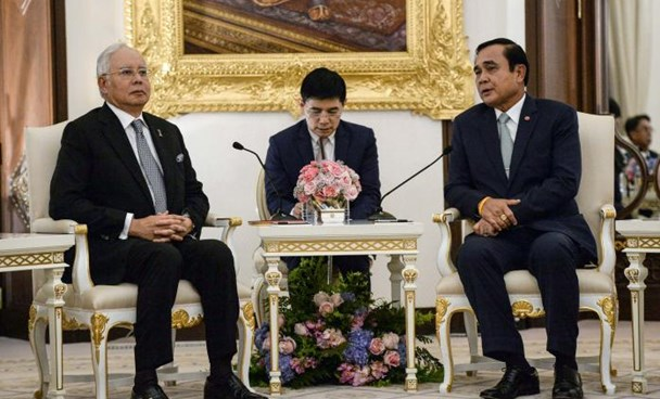 Malaysian Prime Minister Najib Razak (L) is received by Thai Prime Minister Prayuth Chan-Ocha (R) at Government House in Bangkok on September 9, 2016.