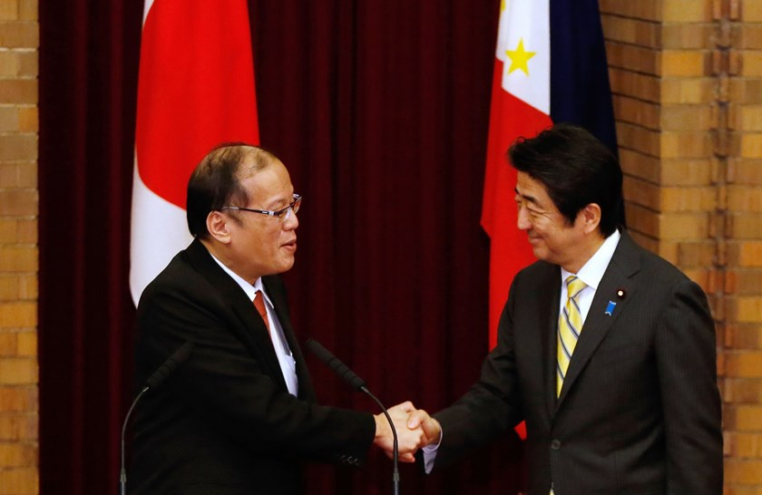 Philippines President Benigno Aquino (L) shakes hands with Japan's Prime Minister Shinzo Abe (R) during a joint news conference at the prime minister's official residence in Tokyo on June 24, 2014. Photo: AFP