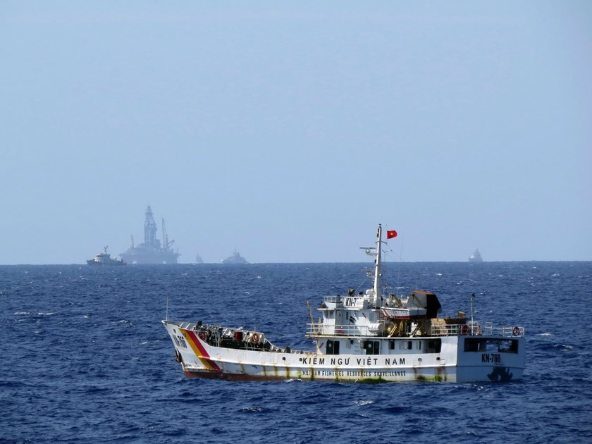 A Vietnamese fisheries surveillance ship enforcing law in the area near the Haiyang Shiyou-981 oil rig that China has deployed illegally in Vietnam's 200-nautical continental shelf since early May 2014. Photo: Doc Lap