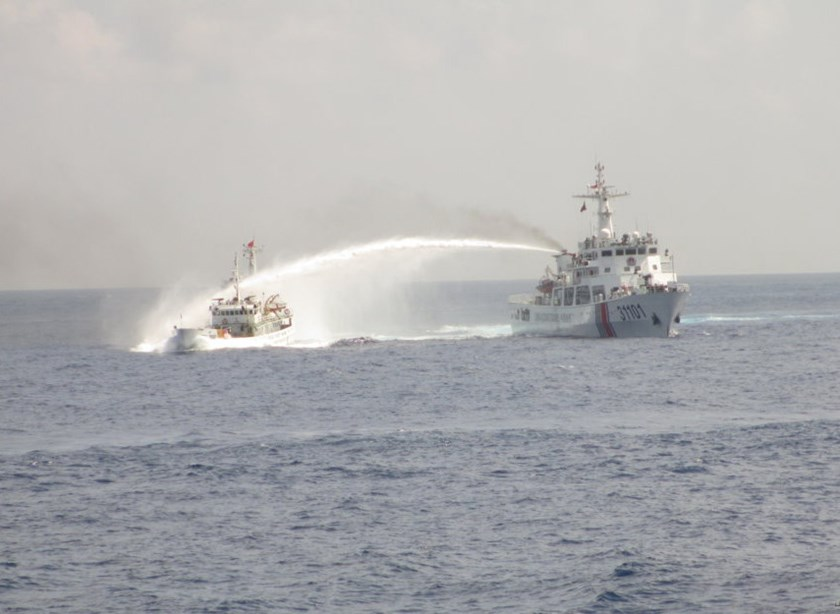 A Chinese coast guard vessel fires water cannon into a Vietnamese ship in the area near a giant oil rig that China illegally positioned in Vietnam's exclusive economic zone. Photo: Mai Thanh Hai