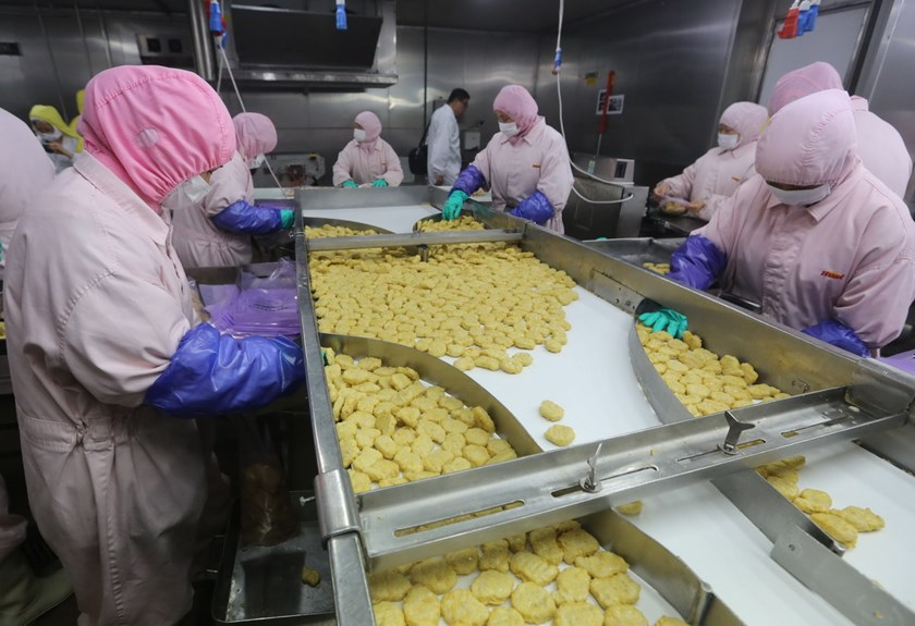 This picture taken on July 20, 2014 shows workers producing food at the Shanghai Husi Food Co., a factory of US food provider OSI Group, in Shanghai. Photo: AFP