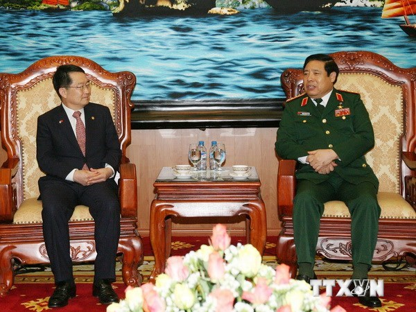 Vietnam's Defense Minister Phung Quang Thanh (R) receives RoK's Deputy Minister of National Defense Baek Seung Joo  in Hanoi. Photo credit: VNA