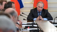 Russia's President Vladimir Putin (R) chairs a government meeting at the Novo-Ogaryovo state residence outside Moscow, July 30, 2014. Photo: Reuters/RIA Novosti/Kremlin