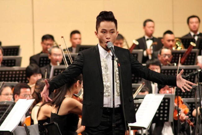 Singer Tung Duong performs at the Toyota Concert Tour 2014 held at the Hanoi Opera House on August 1 and 2. Photo credit: Lao Dong