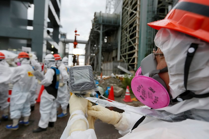 A Tokyo Electric Power Co. (Tepco) employee measures radiation levels inside a new office building at Tepco's tsunami-crippled Fukushima Daiichi nuclear power plant in Fukushima Prefecture July 9, 2014. Photo: Reuters