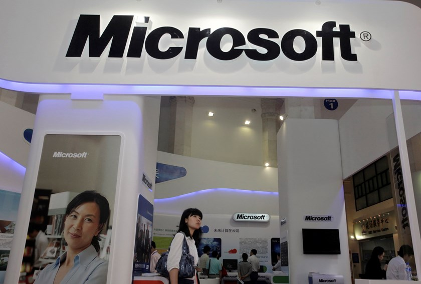 A visitor walks past a Microsoft booth at a computer software expo in Beijing, in this June 2, 2010 file photo. Photo: Reuters