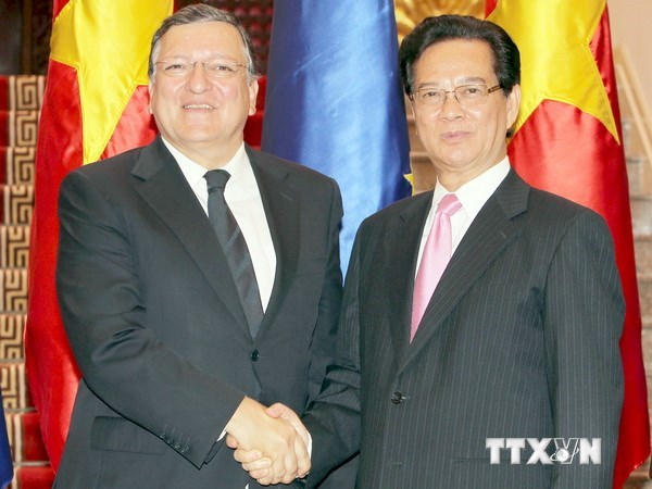 PM Nguyen Tan Dung (R) shakes hands with visiting EC President José Manuel Durão Barroso after a news conference in Hanoi on August 25, 2014. Photo: VNA