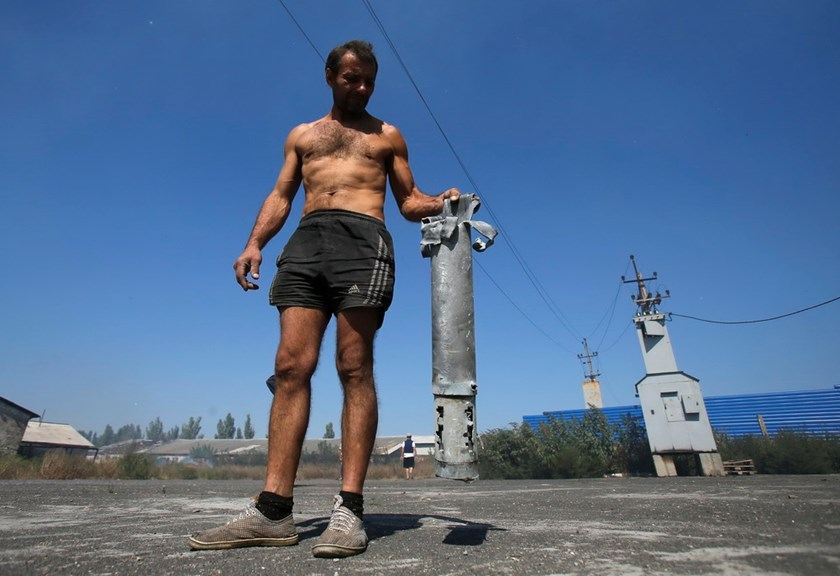 A man shows the remains of a military projectile in the village of Spartak outside Donetsk, September 3, 2014. Photo: Reuters