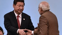 In this photograph taken on July 15, 2014, Chinese President Xi Jinping (L) shakes hands with Indian Prime Minister Narendra Modi during the 6th BRICS Summit in the Brazilian city of Fortaleza. Photo: AFP