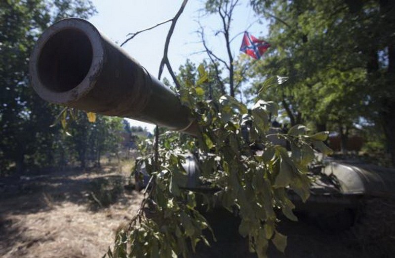 A file photo taken on August 31, 2014 shows a barrel of a T-72 with a flag of the DNR (Donetsk People's Republic) in the southern coastal town of Novoazovsk. Photo: Reuters