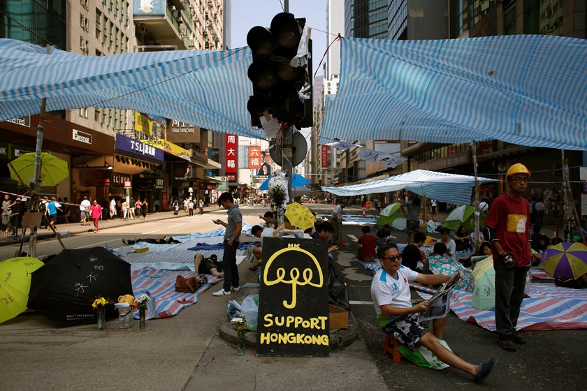 Traffic lights are not in operation as pro-democracy protesters block Nathan Road at Hong Kong's Mongkok shopping district October 7, 2014. Photo: Reuters