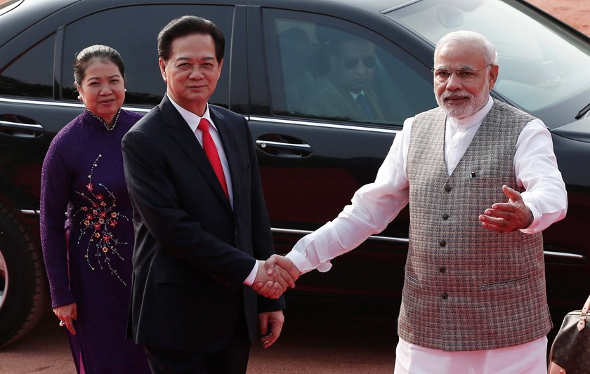 Vietnam's Prime Minister Nguyen Tan Dung (C) shakes hands with his Indian counterpart Narendra Modi (R) as Dung's wife Tran Thanh Kiem looks on during Dung's ceremonial reception at the forecourt of India's presidential palace Rashtrapati Bhavan in New De