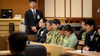 Sewol ferry captain Lee Joon-seok (man in green, wearing glasses) sits with crew members at the start of the verdict proceedings in a court room in Gwangju November 11, 2014. Photo: Reuters