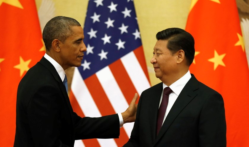 U.S. President Barack Obama pats Chinese President Xi Jinping on the shoulder at the end of their news conference in the Great Hall of the People in Beijing November 12, 2014. Photo: Reuters