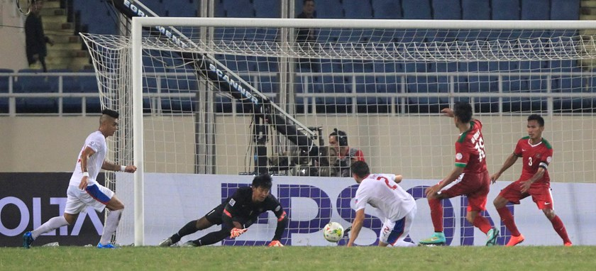 Robert Gier (C) of the Philippines scores a goal against Indonesia during their Suzuki Cup Group A match at My Dinh Stadium in Hanoi November 25, 2014. Photo: Reuters/Kham