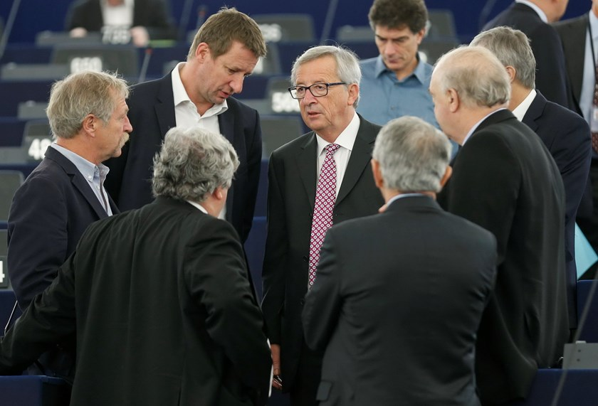 European Commission President, Luxembourg's Jean-Claude Juncker (C) talks to Members of the European Parliament as he arrives to address the European Parliament to present a plan on growth, jobs and investment, in Strasbourg, November 26, 2014. Photo: Reu