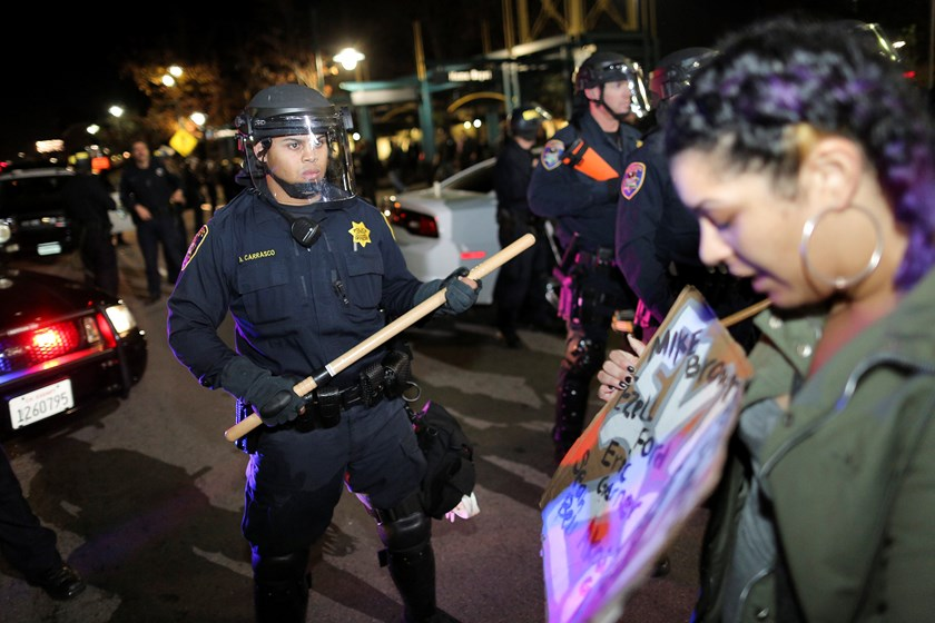 Police officers hold a line during the second night of demonstrations in Emeryville, California, following the grand jury decision in the shooting of Michael Brown in Ferguson, Missouri, November 25, 2014. Photo: Reuters