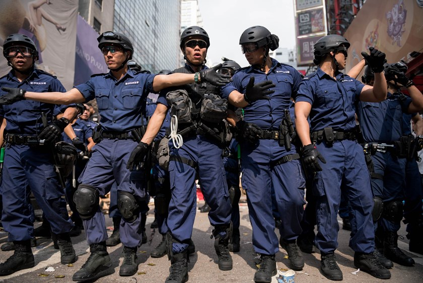 Police march forward as they clear out a pro-democracy protest camp in the Mongkok district of Hong Kong on November 26, 2014. Photo: AFP