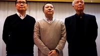 (L-R) Occupy Central civil disobedience founders Chan Kin-man, professor of sociology at Chinese University, Benny Tai, law professor at the University of Hong Kong and Reverend Chu Yiu-ming attend a news conference on their voluntary surrender to the pol