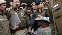 Policemen escort driver Shiv Kumar Yadav (C in black jacket) who is accused of a rape outside a court in New Delhi December 8, 2014. Photo: Reuters