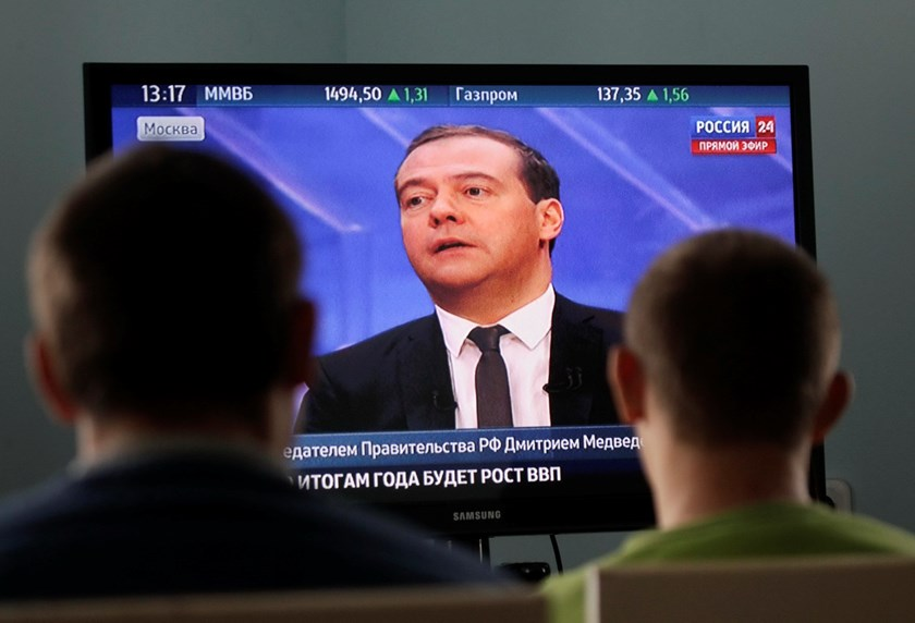 Patients watch a televised interview of Russian Prime Minister Dmitry Medvedev at a rehabilitation center for drug and alcohol addicts near Stavropol, southern Russia, December 10, 2014. Photo: Reuters
