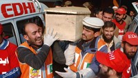Rescue workers and family members carry the coffin of a student, who killed during an attack by Taliban gunmen on the Army Public School, in Peshawar, December 16, 2014. Photo: Reuters
