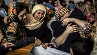 Women mourn their relative Mohammed Ali Khan, 15, a student who was killed during an attack by Taliban gunmen on the Army Public School, at his house in Peshawar December 16, 2014. Photo: Reuters
