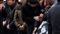 Relatives cry as they hold a picture of a victim at a memorial ceremony for people who were killed in a stampede incident last Wednesday during a New Year's celebration on the Bund, in Shanghai, January 6, 2015. Photo: Reuters