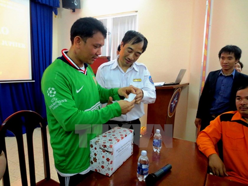 Chef Angelito Capindo Rojas (L) receives a gift from the Vietnam Maritime Rescue Coordination Center in Vung Tau on January 6. Photo credit: VNA