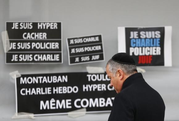 A man pays tribute to the victims of a hostage taking at the Hyper Cacher kosher supermarket near Porte de Vincennes in eastern Paris, January 12, 2015. Photo: Reuters