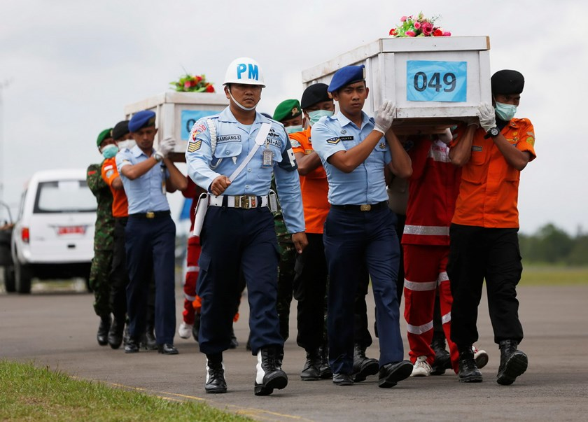 Indonesian soldiers and rescue members carry coffins of passengers, who were onboard AirAsia Flight QZ8501, at Iskandar airbase tarmac in Pangkalan Bun, January 19, 2015. The airliner lost contact with air traffic control in bad weather on Dec. 28, 2014.