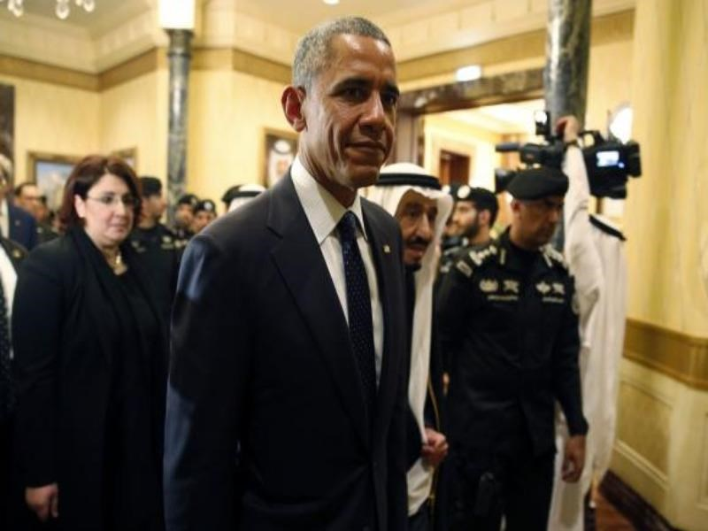 U.S. President Barack Obama walks with Saudi Arabia's King Salman (C) at Erga Palace in Riyadh January 27, 2015. Photo: Reuters/Jim Bourg