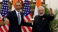 U.S. President Barack Obama stands next to Indian Prime Minister Narendra Modi (R) waving as they leave after giving their opening statement at Hyderabad House in New Delhi in this January 25, 2015 file photo. Photo: Reuters