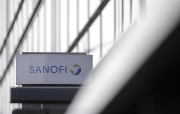 A logo is seen in front of the entrance at the headquarters French drugmaker Sanofi in Paris October 30, 2014. Photo: Reuters